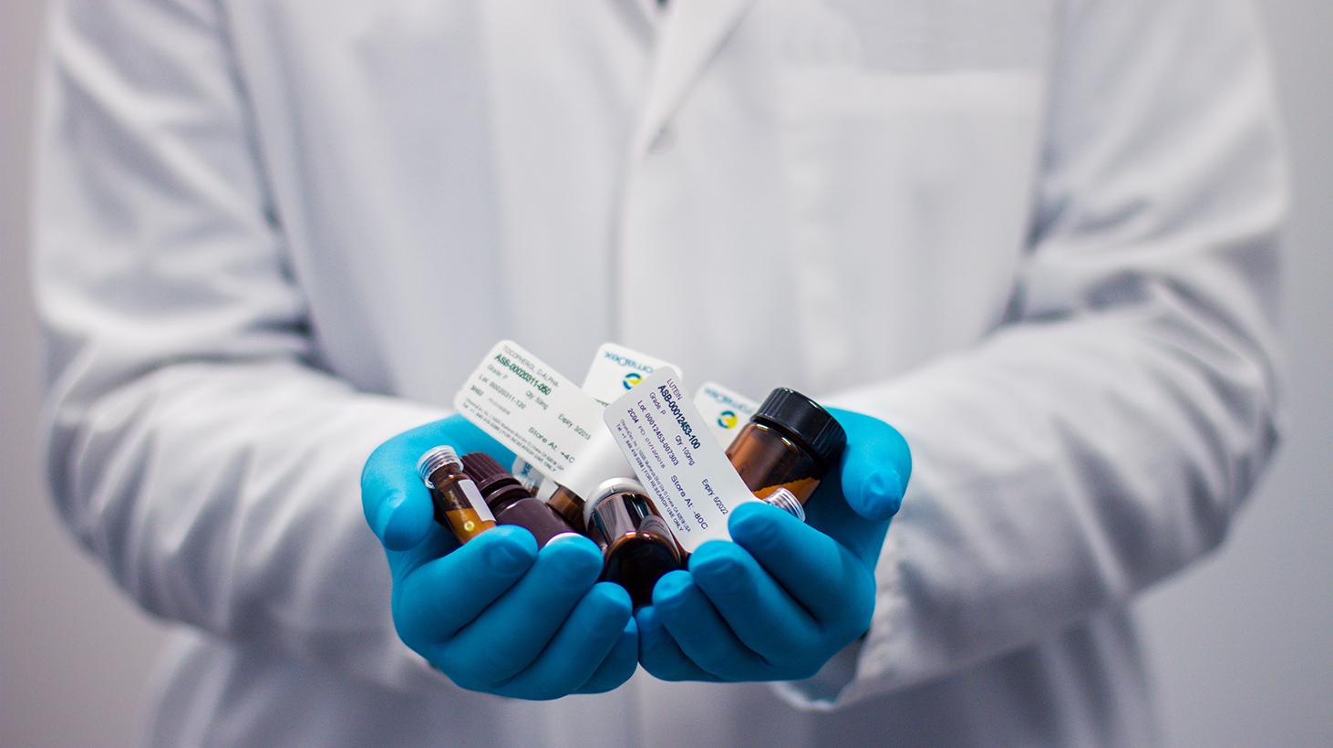 Startup chilena entra a la industria farmacéutica preparando la logística de una futura vacuna Covid19.
